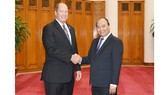 Thủ tướng Nguyễn Xuân Phúc và ông Ted Yoho, Hạ Nghị sĩ, Chủ tịch Tiểu ban châu Á-Thái Bình Dương, Ủy ban Đối ngoại của Hạ viện Hoa Kỳ. Ảnh: VGP