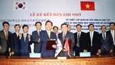 Lễ ký kết Biên bản ghi nhớ giữa UBND TPHCM và tỉnh Gyeongsangbuk-do. Ảnh: DŨNG PHƯƠNG