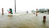 """Nhiều tuyến đường giao thông tại Bình Định chìm trong """"biển lũ"""". Ảnh: Ngọc Oai"""