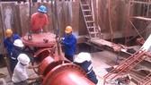 Công nhân Sawaco thi công lắp đặt đường ống dẫn để cung cấp nước sạch cho người dân thành phố