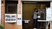 Một phụ nữ bỏ phiếu bầu thủ tướng Anh tại khu vực nam London. Ảnh: Reuters