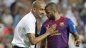 Pep Guardiola và Dani Alves thời còn ở Barcelona.