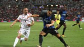 Danilo Dambrosio (phải, Inter) kiểm soát bóng trước Franck Ribery (Bayern Munich).