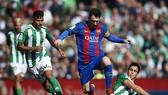 Barca của Messi (giữa) cần thắng Betis để vực dậy tinh thần.