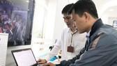 Người dân đang tìm hiểu dịch vụ công trực tuyến cấp độ 4  khi xin phép qua mạng tại UBND quận 1