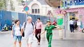 Chị Quách Kim Hoàng nhiệt tình hướng dẫn du khách tại phố đi bộ Nguyễn Huệ