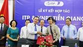 PGS-TS Nguyễn Anh Thi, Giám đốc ITP và ông Nguyễn Văn Thái, Giám đốc VNPT Tiền Giang trao đổi bản thỏa thuận
