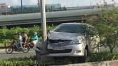 Chiếc ô tô bị nạn leo dải phân cách, đâm vào cột điện.