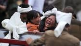 Những người phụ nữ đau đớn trước thảm kịch, tại nơi lở đất, ở huyện Mậu, tỉnh Tứ Xuyên, Trung Quốc ngày 25-6-2017. Ảnh: REUTERS