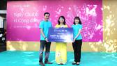 Đại diện Tập đoàn Chubb tại Việt Nam trao tặng thiết bị dạy và học cho nhà trường