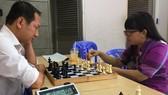 Minh Thư tập luyện cờ vua cùng thầy Hiền Thục chuẩn bị cho giải đấu vào tháng 6 năm nay