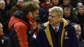 Arsene Wenger (phải) cùng Jurgen Klopp bước vào những vòng đấu cuối rất căng thẳng