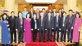 Tổng Bí thư Nguyễn Phú Trọng chụp ảnh chung với các đại biểu Tổng Liên đoàn Lao động Việt Nam