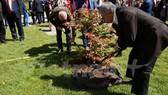 Đại sứ Nguyễn Minh Trí tham gia lễ trồng cây. Ảnh: Vietnam+