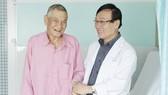 Cụ Thịnh cùng bác sĩ trước ngày ra viện