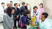 Đoàn công tác UBND TPHCM thăm hỏi bệnh nhân  tại Bệnh viện Chợ Rẫy Phnompenh