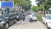 Nên hạn chế ô tô dừng, đậu trên đường