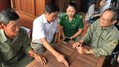 Những TNXP của Liên đội 303 biên giới năm xưa kể chuyện cũ (từ trái sang: Các anh Trịnh Văn Sáu, Hoàng Hải và Võ Minh)