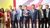 Bộ trưởng bộ Văn hóa, Thể thao và Du lịch Nguyễn Ngọc Thiện; Chủ tịch UBND TPHCM Nguyễn Thành Phong cùng các lãnh đạo ghé thăm gian hàng Vietjet