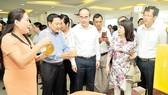 Bí thư Thành ủy TPHCM Nguyễn Thiện Nhân xem sản phẩm nông nghiệp công nghệ cao được giới thiệu bên lề hội thảo