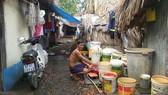 Cư dân Xóm Ổi thiếu nước sạch, phải tận dụng nước ô nhiễm