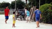 Khoảng sân trống trước nhà là sân chơi đá banh của các em ấp 3 xã Hưng Long, huyện Bình Chánh