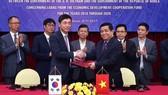 Bộ trưởng Bộ KH-ĐT Nguyễn Chí Dũng và Đại sứ Hàn Quốc tại Việt Nam Lee Hyuk ký kết Hiệp định khung giữa hai Chính phủ về các khoản tín dụng mà Hàn Quốc dành cho Việt Nam