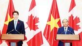 Thủ tướng Nguyễn Xuân Phúc và Thủ tướng Canada Justin Trudeau họp báo sau hội đàm tại Trụ sở Chính phủ, chiều 8-11