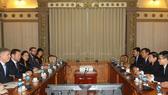 Chủ tịch UBND TPHCM Nguyễn Thành Phong tiếp Đặc phái viên Thương mại của Thủ tướng Anh ông Ed Vaizey đang có chuyến thăm và làm việc tại Việt Nam. Ảnh: TTXVN