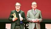Đạo diễn phim Grain Semih Kaplanoglu (trái)với giải Tokyo Grand Prix và nam diễn viên Tommy Lee Jones