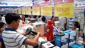 Hệ thống siêu thị Co.opmart thu hút đông đúc khách hàng