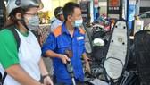 Hôm nay, giá xăng dầu sẽ giảm khoảng 400 đồng/lít?
