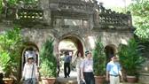 Du khách Hàn Quốc, Trung Quốc tham quan chùa Tam Thai ở danh thắng Ngũ Hành Sơn