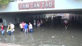 Sau cơn mưa ngày 15-5-2017 hầm chui Tân Tạo thành hồ. Ảnh: Chí Thạnh
