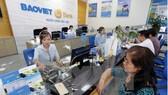 Khách hàng giao dịch tại BAOVIETBank chi nhánh Bình Dương.