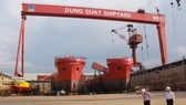 Một góc nhà máy đóng tàu Dung Quất đang thua lỗ - Ảnh: TRẦN MAI
