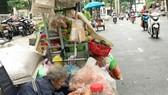 Buôn bán hàng rong trên đường Phạm Ngọc Thạch, quận 1, TPHCM Ảnh: Việt Dũng