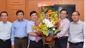 Chủ tịch UBNDTPHCM Nguyễn Thành Phong tặng hoa chúc mừng Báo SGGP nhân ngày Báo chí Cách mạng Việt Nam. Ảnh: Việt Dũng