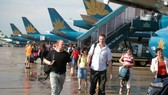 Máy bay xếp hàng đợi lấy khách tại sân bay Tân Sơn Nhất