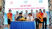 Đại diện lãnh đạo Sao Mai Group và Viện nghiên cứu Hải sản ký kết hợp đồng hợp tác nghiên cứu và phát triển công nghệ.