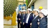Thủ tướng Nguyễn Xuân Phúc tham quan nhà máy sản xuất turbine khí của hãng Siemens (Đức)