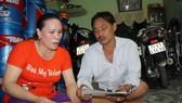 Vợ chồng ngư dân Đinh Công Khánh, chủ tàu vỏ thép bị hỏng, lo lắng khi nhận giấy thông báo nợ quá hạn của ngân hàng - Ảnh: Thái Thịnh