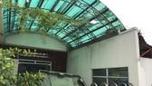 Mặt tiền Phòng kinh doanh tiếp thị chung cư Vạn Hưng Phát đóng kín cửa, rác chất đầy.