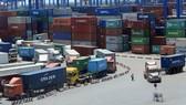 Nhiều doanh nghiệp chưa thể nhận hàng do vướng mắc quy định mới. Trong ảnh: Cảng Cát Lái, TP.HCM - Ảnh: Quang Định