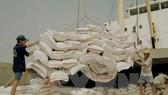 Bốc xếp gạo xuất khẩu tại cảng Sài Gòn. (Ảnh: Đình Huệ/TTXVN)