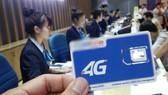 Giới thiệu sim và thủ tục chuyển sang gói 4G tại phòng giao dịch một nhà mạng  - Ảnh: Đ.THIỆN