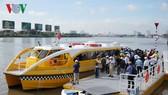 Người dân TP HCM háo hức trải nghiệm tàu buýt sông đầu tiên