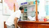 Một người dân đến UBND phường Phước Long B làm thủ tục đăng ký cấp GCN nhà, đất lần đầu