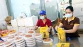 Một cơ sở sản xuất bánh trung thu truyền thống. (Ảnh: Bích Huệ/TTXVN)