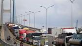 Xe container nối đuôi nhau đứng bánh trên cầu Phú Mỹ hướng Q.7 về cảng Cát Lái